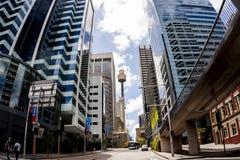 Sydney, Australië - Januari 12, 2009: Beroemd die Sydney Tower Eye, als Westfield-Toren, tussen wolkenkrabbers bij de straat van  royalty-vrije stock foto's