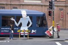 Sydney, 15 Australië-Maart 2013:: Een portier rijdt voorbij opbrengst Royalty-vrije Stock Foto's