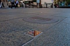 SYDNEY, AUSTRALIË - MEI 5, 2018: ` Bezinnings` openbare kunst aan hulde aan het geheugen van verdwenen twee Australiërs tijdens M Stock Foto