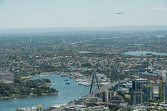 SYDNEY, AUSTRALIË - NOVEMBER 17, 2014: Cityscape van Sydney van Westfield-Toren Landend Vliegtuig op Achtergrond Royalty-vrije Stock Foto