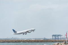 SYDNEY, AUSTRALIË - NOVEMBER 11, 2014: Sydney International Airport With Take van Vliegtuig De vliegtuigen N220UA, Boeing 777-222 Stock Afbeeldingen