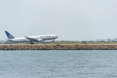 SYDNEY, AUSTRALIË - NOVEMBER 11, 2014: Sydney International Airport With Take van Vliegtuig De vliegtuigen N220UA, Boeing 777-222 Royalty-vrije Stock Foto's