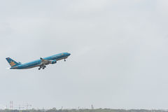 SYDNEY, AUSTRALIË - NOVEMBER 11, 2014: Sydney International Airport With Take van Vliegtuig De vliegtuigen vn-A377, Luchtbus A330 Stock Foto's
