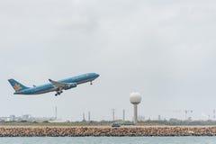 SYDNEY, AUSTRALIË - NOVEMBER 11, 2014: Sydney International Airport With Take van Vliegtuig De vliegtuigen vn-A377, Luchtbus A330 Stock Foto