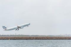 SYDNEY, AUSTRALIË - NOVEMBER 11, 2014: Sydney International Airport With Take van Vliegtuig Vliegtuigen B-LAK, Luchtbus A330-343, Stock Afbeeldingen