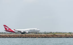 SYDNEY, AUSTRALIË - NOVEMBER 11, 2014: Sydney International Airport With Take van Vliegtuig Vliegtuigen vh-OJS, Boeing 747-438, Q Royalty-vrije Stock Fotografie