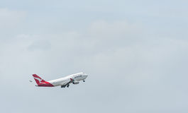 SYDNEY, AUSTRALIË - NOVEMBER 11, 2014: Sydney International Airport With Take van Vliegtuig Vliegtuigen vh-OJS, Boeing 747-438, Q Royalty-vrije Stock Foto