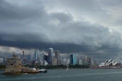 Sydney, Australië, NSW - Onweerswolken over Sidney die als moederschip van onafhankelijkheidsdag kijken stock afbeelding