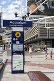 SYDNEY, AUSTRALIË - 15 Sept., 2015 - Signage en voetgang naast een toeristische attractie, het OVERZEESE LEVEN Sydney Aquarium in Royalty-vrije Stock Fotografie