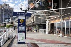 SYDNEY, AUSTRALIË - 15 Sept., 2015 - Signage en voetgang naast een toeristische attractie, het OVERZEESE LEVEN Sydney Aquarium in Stock Foto's