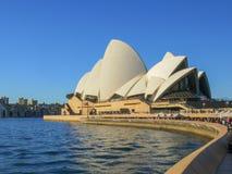 SYDNEY, AUSTRALIA - 1° LUGLIO 2014: le folle dei turisti visitano il teatro dell'opera di Sydney fotografie stock