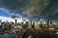 SYDNEY, AUSTRALIA - 13 agosto 2015: Temporale sopra Sydney Darling Harbour Immagine Stock Libera da Diritti