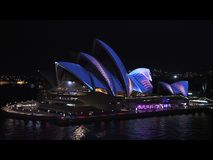 Sydney Australia, Czerwiec, - 2014: Opera, część UNESCO światowego dziedzictwa miejsce iluminuje podczas Żywego festiwalu, roczni zbiory