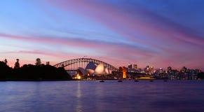 SYDNEY, AUSTRALIA - 8 DE ABRIL DE 2014; Puesta del sol sobre los wi de Sydney Harbour Imagen de archivo libre de regalías