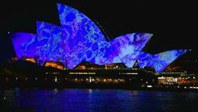 Sydney, Australia - 10 de junio de 2016: El teatro de la ópera, parte del sitio del patrimonio mundial de la UNESCO está iluminad metrajes