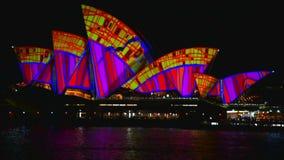 Sydney, Australia - 10 de junio de 2016: El teatro de la ópera, parte del sitio del patrimonio mundial de la UNESCO está iluminad almacen de metraje de vídeo