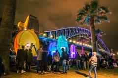 Sydney, Australia - 2 de junio de 2017, gente que mira instalaciones ligeras cerca de Sydney Harbour Bridge durante Sydney viva imagen de archivo
