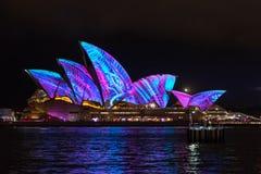Sydney, Australia - 2 de junio de 2017: Sydney Opera House iluminó durante Sydney viva foto de archivo libre de regalías