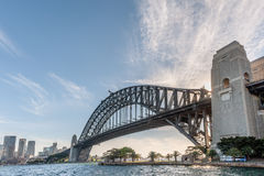 SYDNEY, AUSTRALIA - 17 DE NOVIEMBRE DE 2014: Distrito de Sydney Harbour Bridge With Business Paisaje urbano Imagenes de archivo