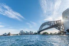 SYDNEY, AUSTRALIA - 17 DE NOVIEMBRE DE 2014: Distrito y teatro de la ópera de Sydney Harbour Bridge With Business Paisaje urbano  Fotografía de archivo