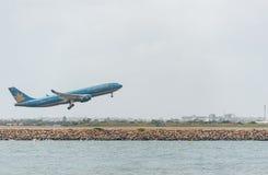 SYDNEY, AUSTRALIA - 11 DE NOVIEMBRE DE 2014: El aeropuerto internacional de Sydnay con saca el aeroplano Los aviones VN-A377, Air Fotos de archivo
