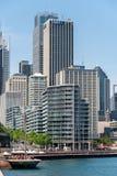 SYDNEY, AUSTRALIA - 5 DE NOVIEMBRE DE 2014: Sydney Business Architecture puerto ¿Las rocas? qué los tienen que hacen abajo allí? Foto de archivo libre de regalías