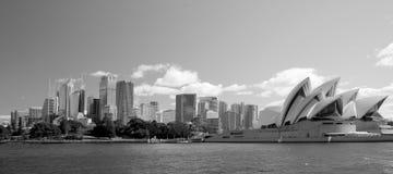 Sydney Australia-de torenblokken van de stadshorizon en operahuis in mono Stock Foto's