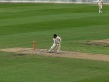 SYDNEY, AUSTRALIA - 31 GENNAIO 2016: un battitore del cricket gioca un colpo difensivo in una partita del livello di grado a Sydn fotografia stock