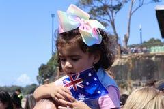 Sydney, Australia 16/10/2018 - la ragazza attende un'occhiata di principe Harry e Meghan Markle, Sydney Opera House immagini stock libere da diritti
