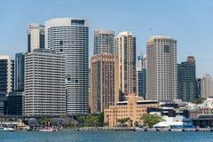 SYDNEY AUSTRALIA, LISTOPAD, - 05, 2014: Sydney Biznesowa architektura Schronienie z promem Obrazy Royalty Free