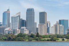SYDNEY AUSTRALIA, LISTOPAD, - 05, 2014: Sydney dzielnica biznesu z Królewskim ogródem botanicznym i wodą rzeczną Obraz Stock