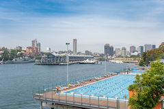 SYDNEY AUSTRALIA, LISTOPAD, - 05, 2014: Wodny basen Blisko do Królewskich ogródów botanicznych w Sydney Australia Zdjęcia Royalty Free
