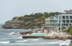SYDNEY, AUSTRALIA - 15 NOVEMBRE 2014: Stagno di acqua vicino alla spiaggia di Bondi a Sydney, Australia Immagine Stock