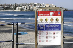 SYDNEY, AUSTRALIA przepisy i znak ostrzegawczy przy Bondi Wyrzucać na brzeg - Sept 14, 2015 - Obraz Royalty Free