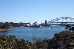 Sydney Australia Sep 17 2017, landskap av hamnen inklusive den iconic operahuset, bro och botaniska trädgårdar från trädgård royaltyfri fotografi