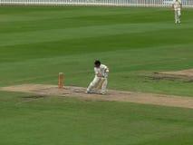SYDNEY AUSTRALIA, STYCZEŃ, - 31, 2016: krykieta pałkarz bawić się defensywa strzał w stopnia pozioma dopasowaniu w Sydney zdjęcie stock