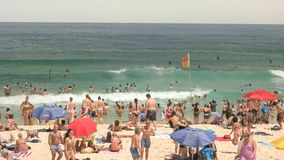 SYDNEY AUSTRALIA, STYCZEŃ, - 31, 2016: pływaczki i plaża odwiedzający przy Sydney bondi wyrzucać na brzeg zdjęcia stock