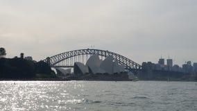 Sydney Australia - Sydney Opera House y puente del puerto en el río Imágenes de archivo libres de regalías