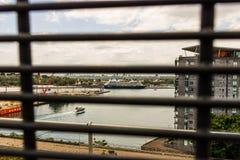 Sydney, Australia - 2019 Trazador de líneas de la travesía del boutique atracado en el puerto de Sydney Foto de Anzac Bridge fotografía de archivo