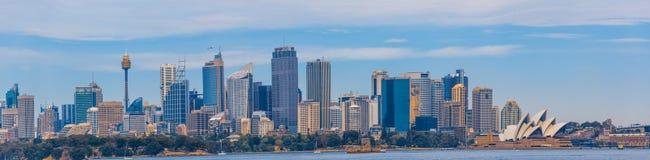 Sydney, Australie - 3 octobre 2017 : Grand panorama d'horizon de Sydney avec les gratte-ciel et le théatre de l'opéra images stock