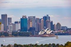 Sydney, Australie - 3 octobre 2017 : L'horizon de Sydney CBD avec le théatre de l'opéra viewved du port photos stock
