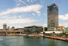 Sydney Australien - 2019 Sydney Darling Harbor Kings hamnplats med moderna arkitekturtorn och skyskrapor på en solig sommardag royaltyfria bilder