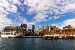 Sydney Australien - 2019 Den iconic Arcadiakryssningeyeliner som anslutas i Sydney Harbor arkivfoton