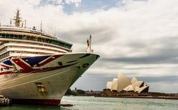 Sydney Australien - 2019 Den iconic Arcadiakryssningeyeliner som anslutas i Sydney Harbor royaltyfri fotografi