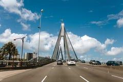 Sydney, Australien - 26. Februar 2017: Anzac Bridge über Blackwattle-Bucht und Jones Bay während einer Autoreise, die Glebe in Sy Stockfotos