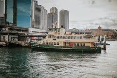 SYDNEY, AUSTRALIEN - 26. FEBRUAR 2017: Stadtbild von Sydney Harbor mit einem populären touristischen Boot im Hauptfokus Lizenzfreies Stockfoto
