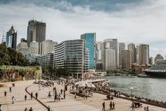 SYDNEY AUSTRALIEN - FEBRUARI 26, 2017: Sydney cityscapesikt från operahuset, Australien Arkivbilder