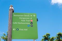 Sydney, Australien - 11. Januar 2014: Richtungszeichenpfosten an Taronga-Zoo in Sydney Stockfotografie