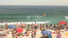 SYDNEY AUSTRALIEN - JANUARI 31, 2016: simmare och strandgoers på sydneys bondistranden arkivfoton
