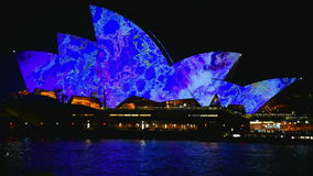 Sydney Australien - Juni 10, 2016: Operahuset del av UNESCOvärldsarvet är upplyst under livlig festival arkivfilmer